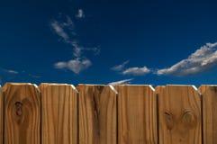 Blauer Himmel und Zaun Lizenzfreie Stockfotografie