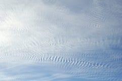Blauer Himmel Ungewöhnliches skyscape mit Licht bewölkt Muster Lizenzfreie Stockfotos