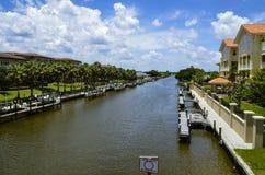 Blauer Himmel Vivd über inter-Küsten mit Docks und Häusern Lizenzfreies Stockbild