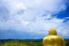 Blauer Himmel von hinten goldenes Katyayana an Wat Pa Phu Hai Long-Tempel Lizenzfreie Stockbilder