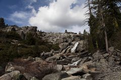Blauer Himmel Wasserfall Chilnualna-Hinter-Yosemite-Park-Kaliforniens Lizenzfreie Stockfotos