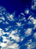 Blauer Himmel-Weiß-Wolken Stockbild