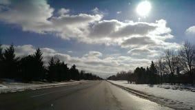 Blauer Himmel, weiße Wolke, vereiste Straße Stockfotos