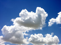 Blauer Himmel-Weiß-Wolken Stockfoto