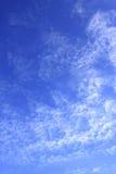 Blauer Himmel wird durch weiße Wolken abgedeckt Stockbilder