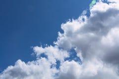 Blauer Himmel, Wolken und Blendenfleck Stockbild