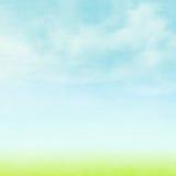 Blauer Himmel, Wolken und grüner Feldsommerhintergrund Stockfotografie