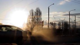 Blauer Hintergrund Bewegung des Verkehrs im Strom Großer Auspuff, Verschmutzung Ökologische Probleme Blauer Hintergrund stock video