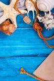 Blauer Hintergrund der Sommerferien mit Raum für die Werbung und Seethema stockfoto