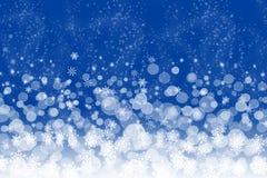 Blauer Hintergrund des abstrakten Winters mit Schneeflocken lizenzfreie stockfotos