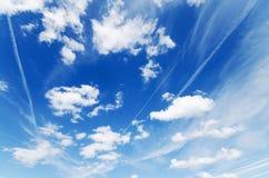 Blauer Hintergrund des bewölkten Himmels Stockbild