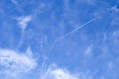 Blauer Hintergrund des bewölkten Himmels mit Kondensstreifen Reise, Meditation, Umweltkonzeptentwurf lizenzfreie stockfotografie