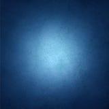 Blauer Hintergrund des Saphirs mit schwarzer Vignettengrenze und weißer Mittelscheinwerfer mit copyspace für Text oder Bild Stockfoto