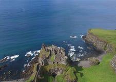 Blauer Hintergrund Dunluce-Schlosses Co Antrim Nordirland Seefür editor's Text lizenzfreies stockbild