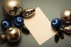 Blauer Hintergrund mit Dekorbällen und Kopienraum Stockfotos