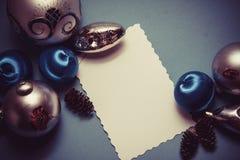 Blauer Hintergrund mit Dekorbällen und Kopienraum Stockbilder
