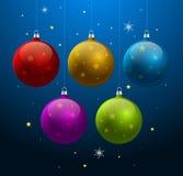Blauer Hintergrund mit glänzenden Weihnachtskugeln Stockbilder