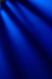 Blauer Hintergrund mit hellen Strahlen Stockbild