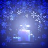 Blauer Hintergrund mit Schneeflocken und Geschenk, Stockfoto