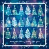 Blauer Hintergrund mit Wald von Weihnachtsbäumen, v Lizenzfreies Stockfoto