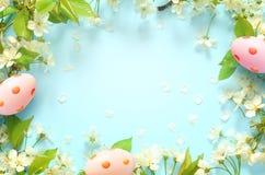 Blauer Hintergrund Ostern, mit Eiern entspringen Konzept ostern stockfotos
