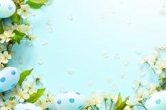 Blauer Hintergrund Ostern, mit Eiern entspringen Konzept ostern lizenzfreie stockbilder