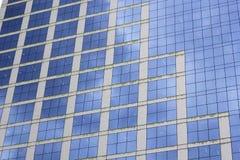 Blauer Hintergrund von den Büroglasfenstern Stockfoto