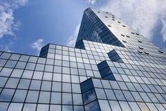 Blauer Hintergrund von hohen Aufstiegsgebäudeglaswolkenkratzern Stockfoto