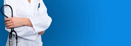 Blauer Hintergrunddoktor mit einem Stethoskop Lizenzfreie Stockfotos