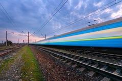 Blauer HochgeschwindigkeitsPersonenzug in der Bewegung Stockfoto