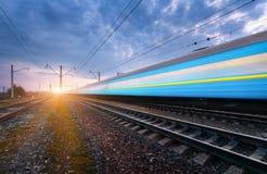 Blauer HochgeschwindigkeitsPersonenzug in der Bewegung Stockfotografie