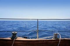 Blauer Horizont des hölzernen Vorstands der Segelboothandkurbeln See lizenzfreie stockbilder