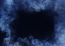 Blauer horizontaler Rauch-Rahmen auf schwarzem Hintergrund lizenzfreie stockfotos
