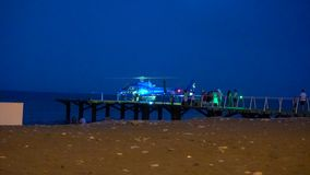 Blauer Hubschrauber steht auf dem Startplatz und wird zur Abfahrt fertig stock video
