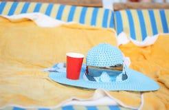 Blauer Hut und Gläser auf dem Aufenthaltsraum lizenzfreie stockfotos