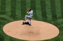 Blauer Jays Krug Jason Frasor hebt Fahrwerkbein zum Throw an Lizenzfreie Stockfotografie