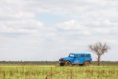 blauer Jeep Wrangler Rubicon Unlimited in der Steppe nahe Utta-Dorf Lizenzfreies Stockfoto