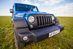 blauer Jeep Wrangler Rubicon Unlimited in der Steppe nahe Utta-Dorf Lizenzfreie Stockfotos