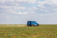 blauer Jeep Wrangler Rubicon Unlimited in der Steppe nahe Utta-Dorf Stockfotografie