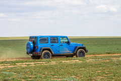 blauer Jeep Wrangler Rubicon Unlimited in der Steppe nahe Utta-Dorf Stockbild