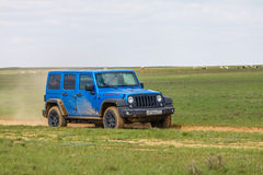 blauer Jeep Wrangler Rubicon Unlimited in der Steppe nahe Utta-Dorf Stockfotos