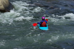 Blauer Kajak auf dem Fluss Lizenzfreies Stockfoto