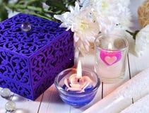 Blauer Kasten mit zwei Kerzen und Blumen Lizenzfreies Stockbild