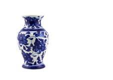 Blauer keramischer Porzellanvase auf lokalisiertem weißem Hintergrund Lizenzfreies Stockfoto