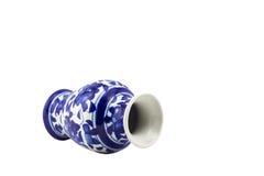 Blauer keramischer Porzellanvase auf lokalisiertem weißem Hintergrund Lizenzfreie Stockfotografie