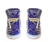 Blauer keramischer Stiefel, Turnschuh, Abschluss oben, lokalisierter, weißer Hintergrund Stockbild