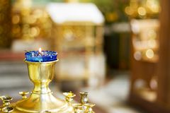 Blauer Kerzenständer vor einer Ikone lizenzfreie stockbilder