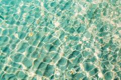 Blauer klarer transparenter Wasserhintergrund Stockfoto