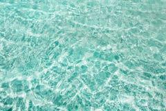 Blauer klarer transparenter Wasserhintergrund Stockbild
