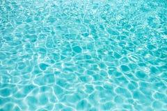 Blauer klarer transparenter Wasserhintergrund Lizenzfreie Stockfotografie